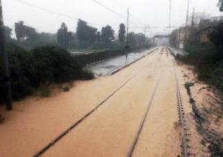 I binari ferroviari invasi dall'acqua