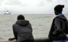 Migranti: la Gran Bretagna costruirà un muro a Calais, sull'autostrada, per bloccarli