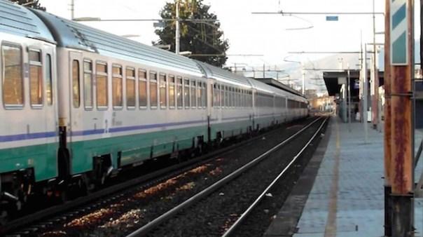 Un treno Intercity in transito da Prato