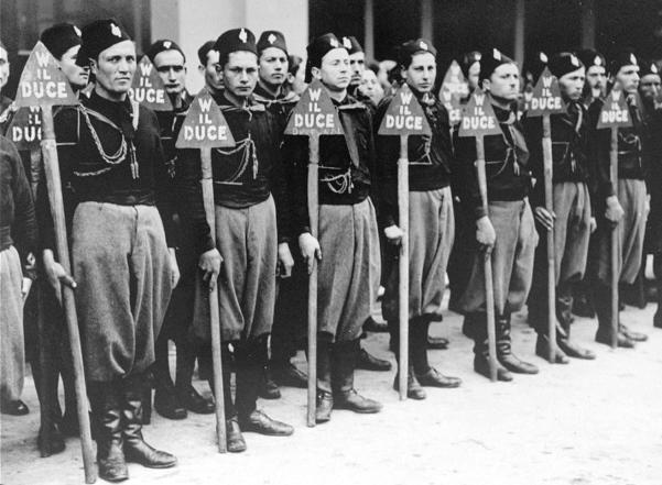 Un gruppo di giovani fascisti durante gli anni della guerra