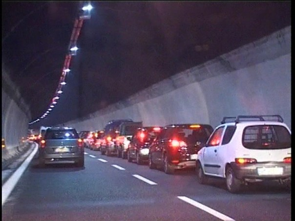 Coda in autostrada di notte