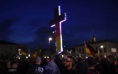 Immigrazione, Germania: Migliaia di persone protestano a Dresda contro la politica d'accoglienza della Merkel