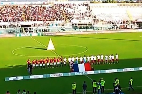 Livorno-Piacenza, bandiera francese e la Marsigliese prima del match (foto Twitter - Indy Football)