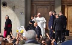 Papa Francesco a Firenze abbraccia i malati nella Santissima Annunziata