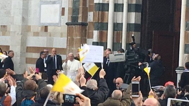 Papa Francesco arriva in Cattedrale a Prato