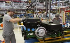 Economia: calo della produzione industriale a maggio (-0,4%), e rispetto al 2015 (-1%). La cura Renzi-Padoan non funziona