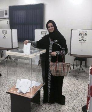 La scrittrice saudita  Maha Akeel al voto (foto Twitter - @MahaAkeel1)