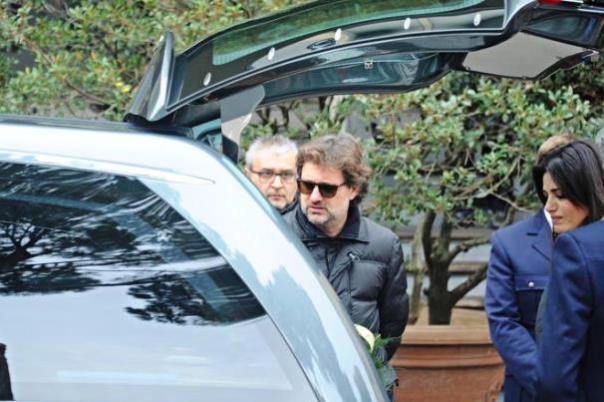 Leonardo Pieraccioni davanti al feretro del padre Osvaldo