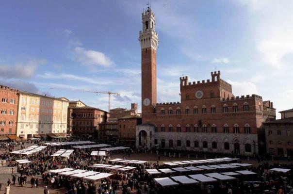 Siena, il mercato grande in piazza del Campo
