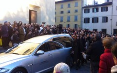 Firenze: funerali di Ashley. Santo Spirito, quartiere in lacrime. Scortata dai calcianti bianchi