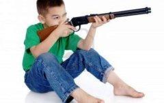 Aulla, vigilia dell'Epifania: il parroco invita i bambini a spaccare le armi giocattolo
