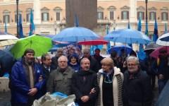Contratti pubblico impiego: la Uil consegna sacchi di carbone al governo-Befana