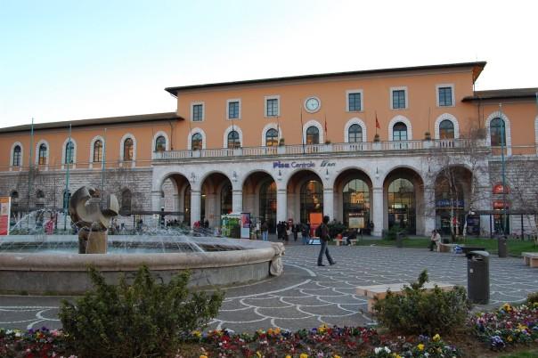 Pisa, la piazza antistante l'ingresso della stazione centrale