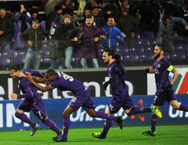 Fiorentina, Mauro Zarate (primo da sinistra) dovrebbe tornare in campo dopo la lunga squalifica (3 giornate)