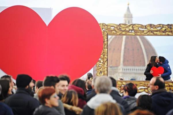 Firenze, bacio al piazzale Michelangelo nella cornice dorata