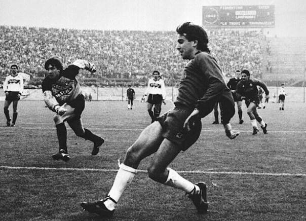 Stefano Borgonovo in un'azione di gioco con la Fiorentina