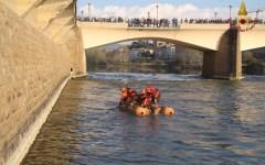 Firenze: due persone cadute in Arno. Una recuperata dai Vigili del fuoco. L'altra è ricercata dai sommozzatori (video)