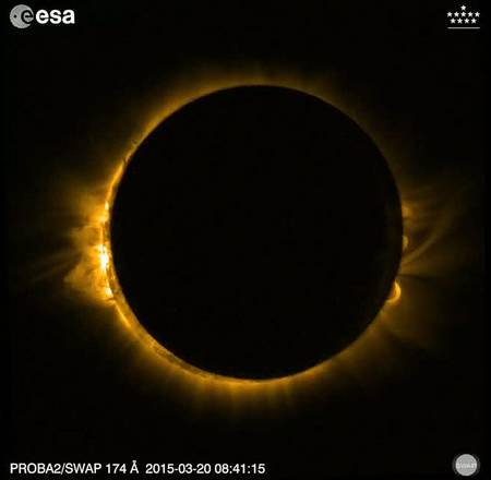 L'eclissi dallo spazio epa04671249 A handout picture from a screenshot of a video made available by the European Space Agency (ESA) on 20 March 2015 shows the total solar eclipse from a fascinating perspective: the small satellite Proba-2 records the event.  A Partial Solar Eclipse is seen in Europe, northern and eastern Asia and northern and western Africa, 20 March 2015. The eclipse starts at 07:41 UTC and ends at 11:50 UTC.  EPA/ESA / HANDOUT  HANDOUT EDITORIAL USE ONLY/NO SALES