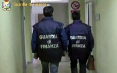 Prato, Guardia di finanza: sequestrati 100 mila vestiti in aziende pratesi e torinesi. Il filato era acrilico
