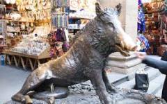 Firenze: scrive sulla Loggia del Porcellino. Denunciato un fiorentino di 48 anni