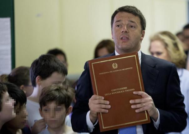 Renzi dona Costituzione ad alunni, datemi una mano