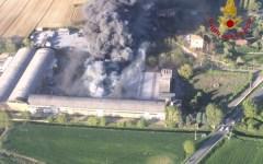 Foiano della Chiana: incendio in fabbrica sprigiona nube tossica, evacuate sei abitazioni. L'intervento dei vigili del fuoco