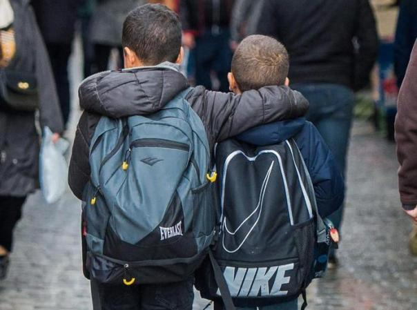 Bambini infanzia ragazzi scuola zaino