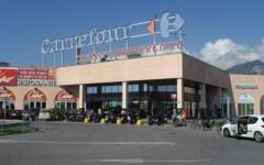 Primo maggio, Carrara: sindacati organizzano funerale davanti al centro commerciale Carrefour