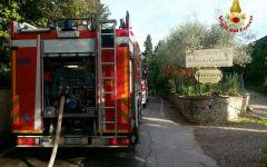 Barberino val d'Elsa: incendiate moto e auto sotto la tettoia di un ristorante, indagano i carabinieri