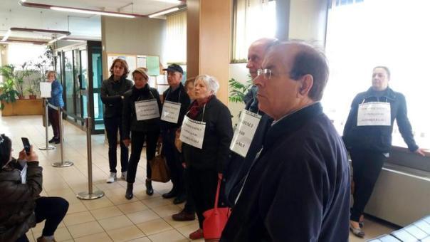 """Una immagine del Flash mob delle vittime del Salva-Banche all'interno delle sedi banca Etruria di Arezzo e di altre filiali del centro Italia, 27 aprile 2016. Gruppi di risparmiatori sono entrati all'interno delle banche come comuni clienti e una volta all'interno hanno mostrato dei cartelli agli impiegati e alle persone presenti: """"rimborsi integrali o pioggia di azioni legali"""". ANSA / US Associazione Vittime del Salva-Banche +++ANSA PROVIDES ACCESS TO THIS HANDOUT PHOTO TO BE USED SOLELY TO ILLUSTRATE NEWS REPORTING OR COMMENTARY ON THE FACTS OR EVENTS DEPICTED IN THIS IMAGE; NO ARCHIVING; NO LICENSING+++"""
