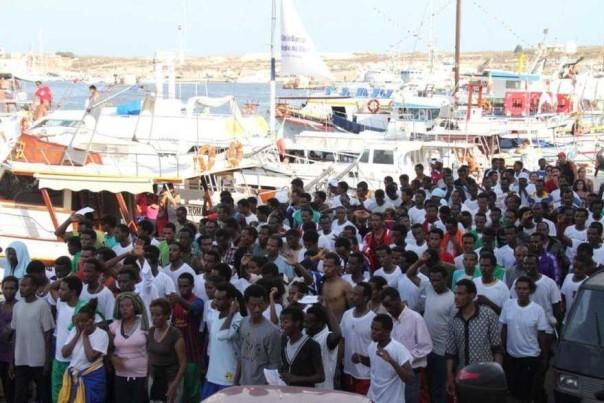 Immigrazione:corteo migranti a Lampedusa, scortati da agenti