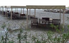 Massa: la grandinata ha imbiancato la spiaggia. Violento temporale, strade allagate