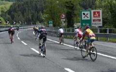 Giro d'Italia: pedalata con 500 cicloturisti sull'A1 Firenze-Bologna. All'arrivo Antognoni ha premiato gli agenti eroi della Polizia stradal...