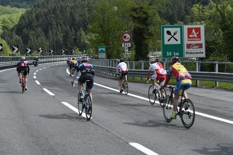 Cicloturisti per la prima volta pedalano au un'autostrada