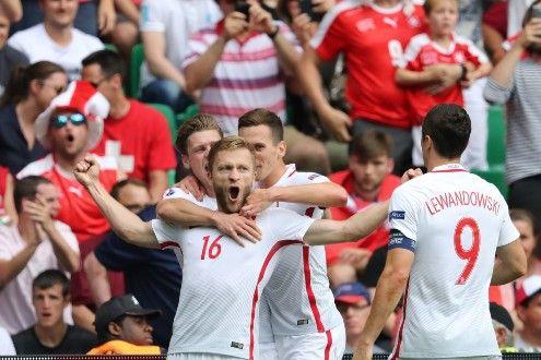 Kuba Blaszczykowski festeggiato dai compagni di squadra dopo il gol alla Svizzera