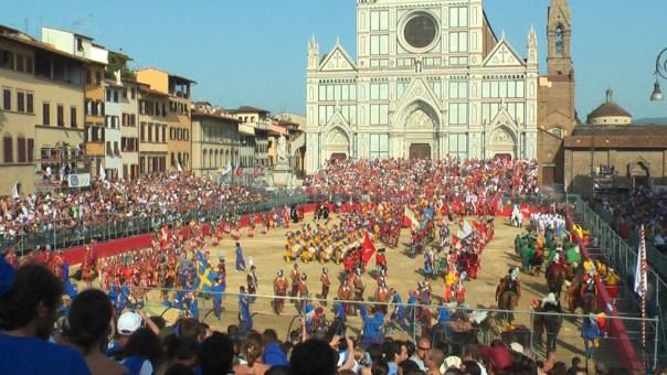 Una partita di calcio storico in Piazza Santa Croce. Sabato 11 e domenica 12 le semifinali