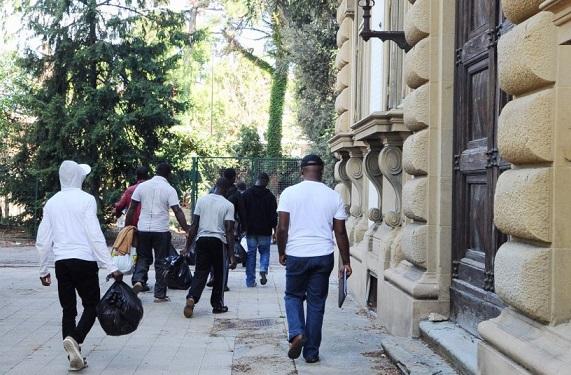 migranti comodamente ospitati a villa Basilewsky