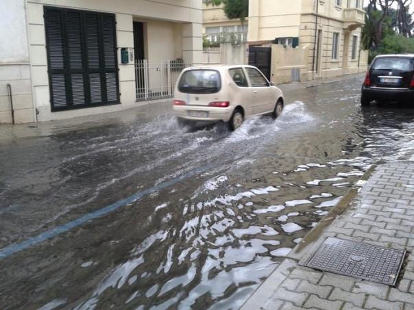 Maltempo: allagamenti strade Viareggio