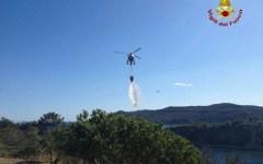 Isola d'Elba: incendio di macchia mediterranea, in azione Vigili del Fuoco e volontari (foto)