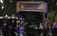 Camion piomba sulla folla a Nizza, decine di morti e feriti (video)