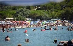 Capoliveri, Isola d'Elba: sequestrati ombrelloni abusivi. Intervento della polizia municipale