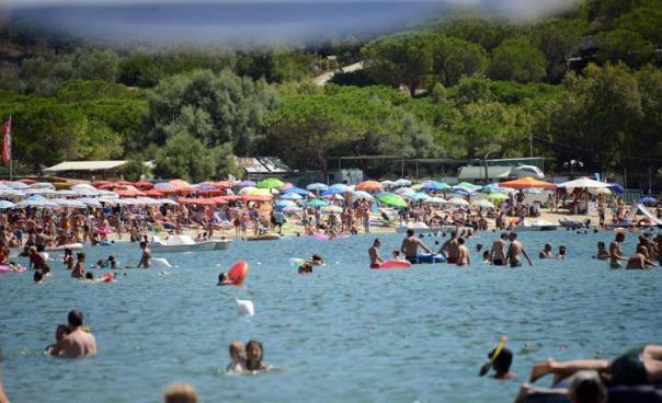 Bagnanti a Marina di Campo, Isola d'Elba, nella domenica che precede il Ferragosto, 11 agosto 2013. ANSA/FRANCO SILVI