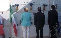 Ventotene: Renzi, Merkel e Hollande, omaggio a Altiero Spinelli. A Napoli striscione contro i tre leader: «Jatevenne» (Andatevene)