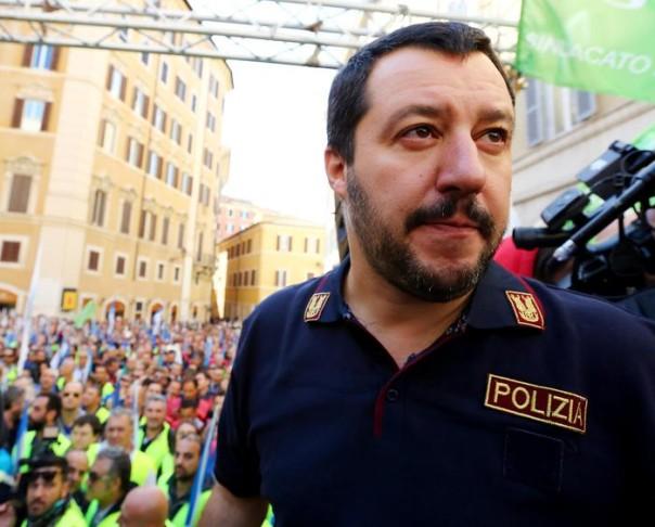 Matteo Salvini al sit in di militari e Forze di Polizia per il contratto, organizzato in piazza Montecitorio da Sap, Coisp, Consap, Sappe, Sapaf, Conapo e Cotitpol, Roma, 15 ottobre 2015. ANSA/FABIO CAMPANA