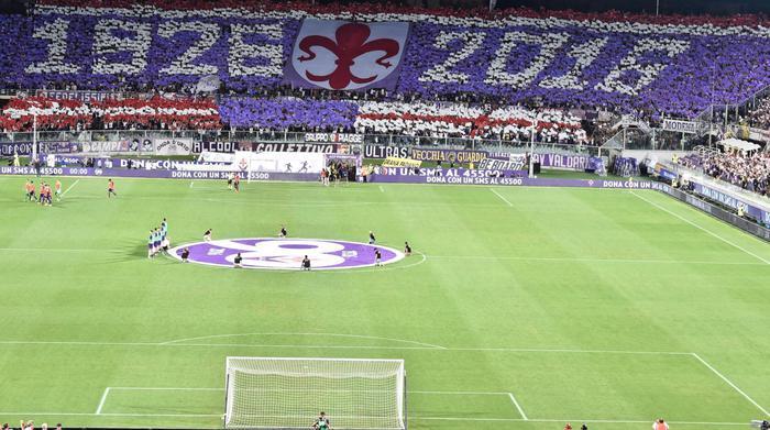 La bella coreografia della Curva Fiesole per i 90 anni della Fiorentina