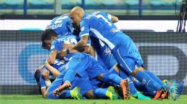 Empoli: mucchio selvaggio degli azzurri che esultano per la prima vittoria in campionato