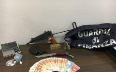 Portoferraio: arrestato un giovane, aveva nella abitazione una pistola mitragliatrice e sostanze stupefacenti