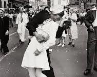 Morta a 92 anni l'infermiera del bacio di Times Square, simbolo della fine della seconda guerra mondiale