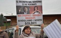 Empoli, Banca Etruria: protesta dei risparmiatori truffati contro il Pd