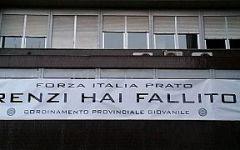 Prato: striscione anti-Renzi di Forza Italia rimosso dalla Questura. Scoppia il caso politico